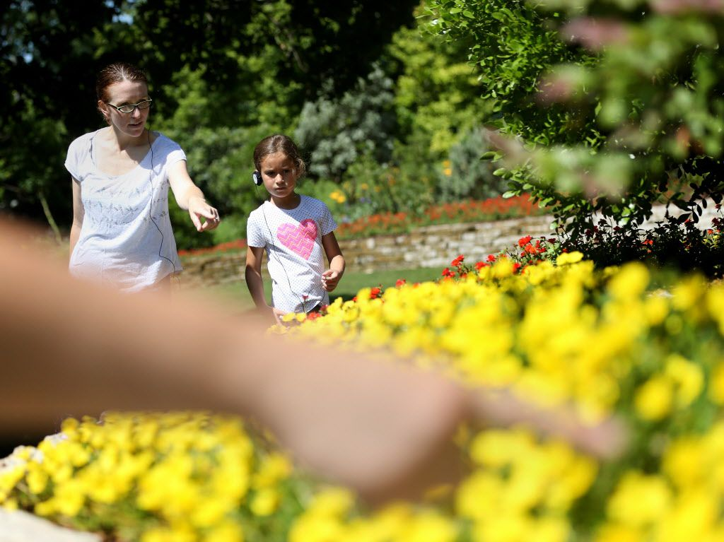 Calia Rodriguez camina por el Dallas Arboretum junto a su hija Ilane Rodriguez, 6.  (Rose Baca/The Dallas Morning News)