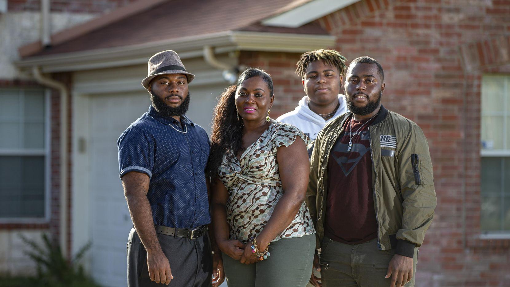 Sammi Anderson (segunda desde la izq.) junto a sus hijos Samuel Bible (izq.), Tyrone Anderson y Grant Bible, desde su casa en DeSoto. La familia denunció brutalidad policial luego de un incidente en agosto en la que intervino la policía de DeSoto.  BRANDON WADE/DMN