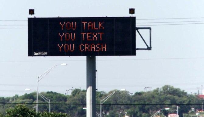 El Departamento de Transporte de Texas este lunes inició una campaña de educación para prevenir choques por la distracción de contestar llamadas o textos. (Departamento de Transporte de Texas/CORTESÍA)