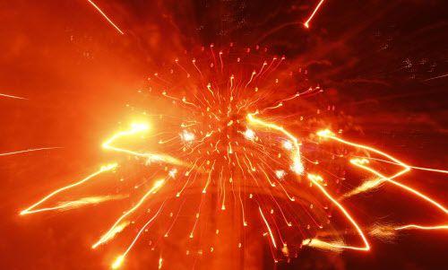 Reunion Tower se encendió con fuegos artificiales, pero hubo quienes decidieron festejar con disparos al aire, según reporta la policía de Dallas.