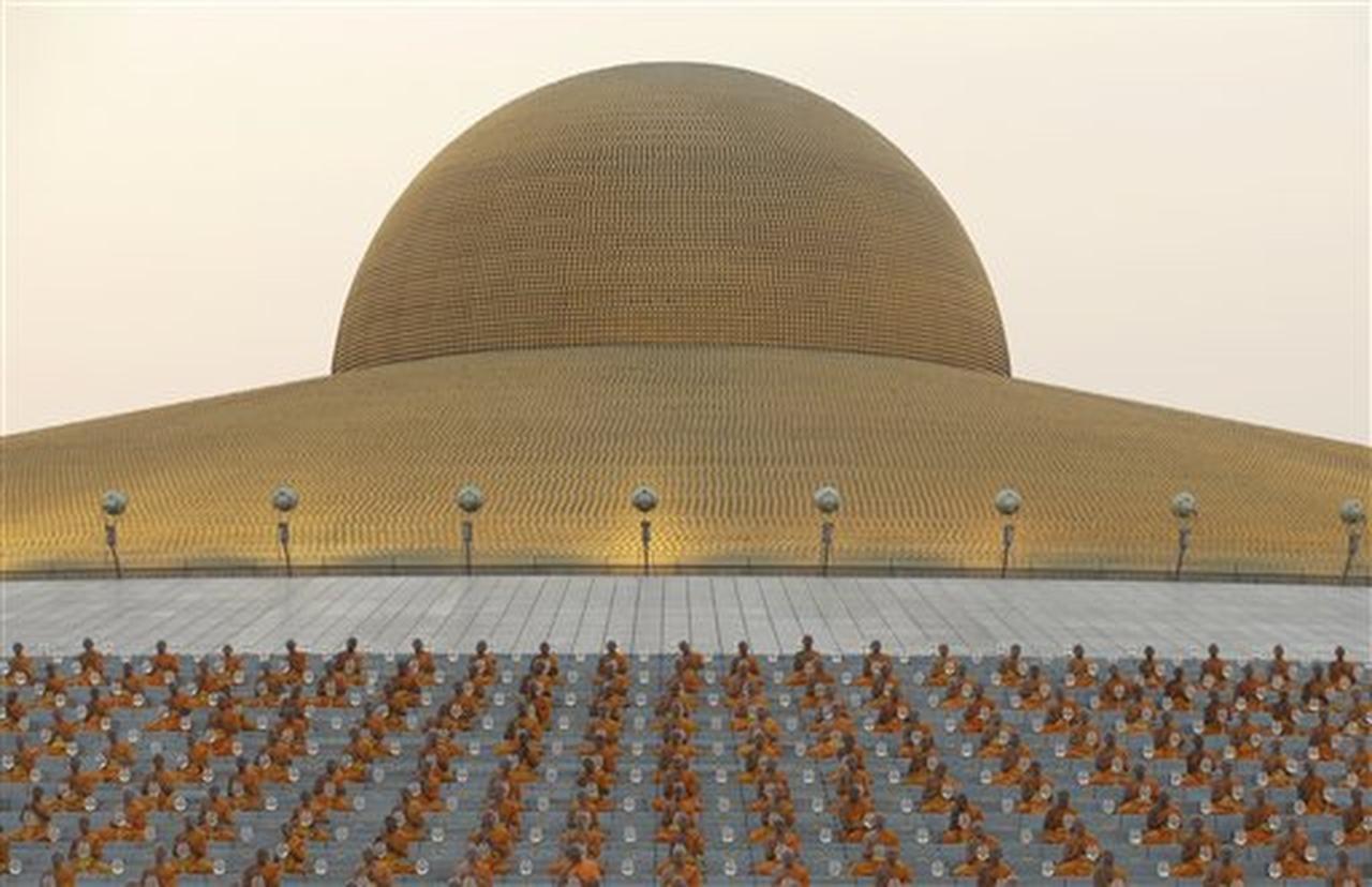 Monjes rezando en el templo de Wat Dhammakaya en la provincia de Pathun Tahni, Tailandia,el 22 de febrero del 2016. El templo es probablemente el complejo religioso más grande del mundo. (AP/SAKCHAI LALIT)
