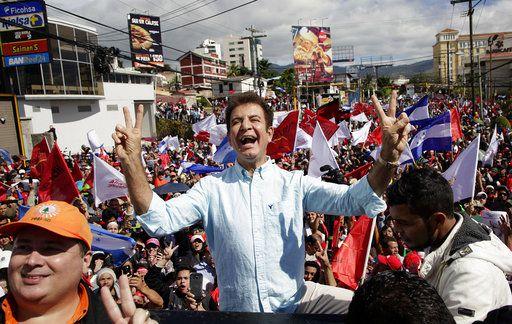 """Salvador Nasralla, candidato presidencial opositor, encabeza una protesta en Tegucigalpa, Honduras, el domingo 10 de diciembre de 2017. Miles de simpatizantes de Nasralla se manifestaron en varias ciudades de Honduras para protestar por lo que catalogan como """"fraude gubernamental"""" en los comicios de hace 15 días. (AP Foto/Fernando Antonio)"""