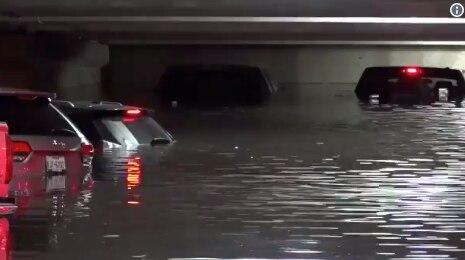 Captura de imagen con la inundación en el primer nivel del estacionamiento del aeropuerto de Love Field. NBC5