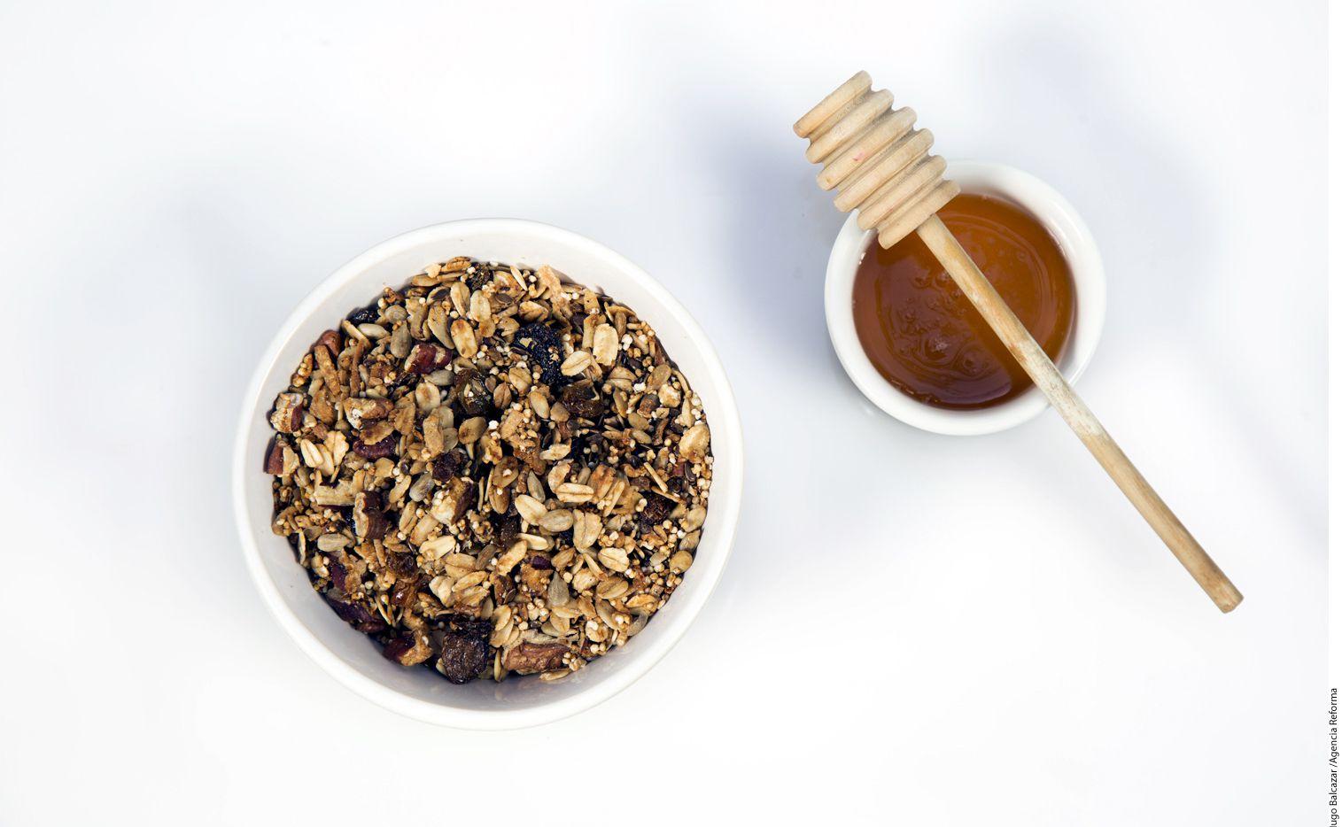 Para preparar granola con miel se necesitan 50 gramos de miel, un plátano macho machacado, 100 gramos de avena, 100 gramos de nuez y una taza de linaza./ AGENCIA REFORMA