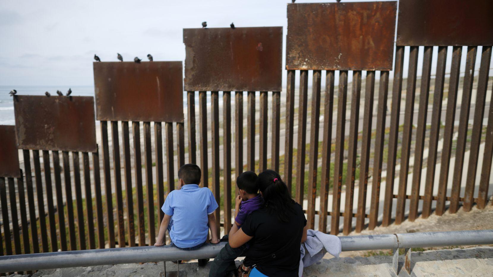 Una sección de la cerca en la frontera entre Estados Unidos y México. AP
