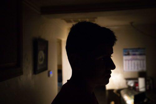 Carlos, un inmigrante guatemalteco, es visto a través de la ventana de la cocina de su casa el miércoles 6 de febrero de 2019, en Dallas. SMILEY POOL, DMN