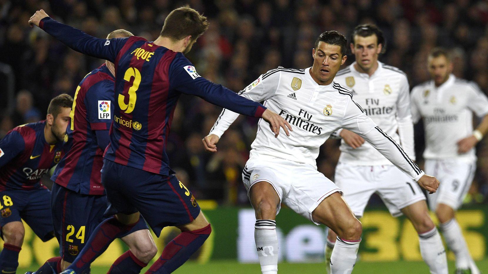 El portugés Cristiano Ronaldo (centro) estará disponible para enfrentar con el Real Madrid al Barcelona el domingo. (AFP/Getty Images/LLUIS GENE)