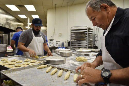 Armando Gelista Jr. (izauierda), 33, supervisor de la panadería y su papá Armando Gelista, dueño de Panadería Guatemalteca La Mejor, preparan la masa del pan. (Ben Torres / Especial para Al Día)