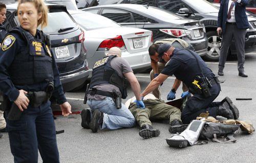 El cuerpo del tirador, Brian Isaack Clyde, luego de ser abatido por oficiales de seguridad en el centro de Dallas. TOM FOX/DMN