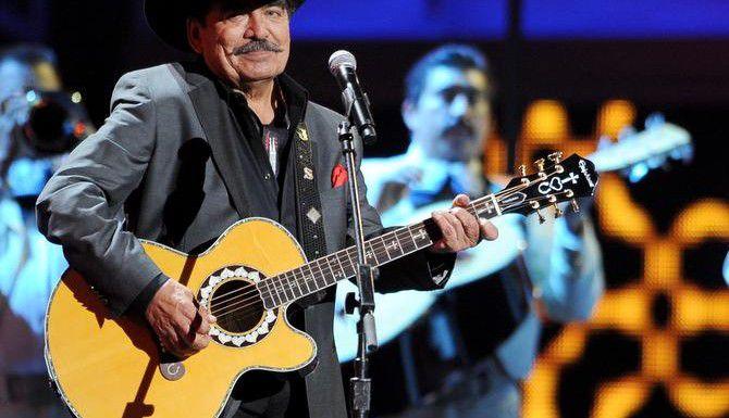 Joan Sebastian durante una actuación en vivo en Las Vegas, en el 2012 (AP/AL POWERS)