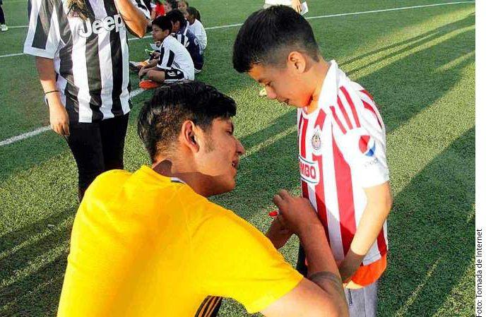 Dionicio Farid Rodríguez repartió autógrafos como toda una celebridad./ AGENCIA REFORMA