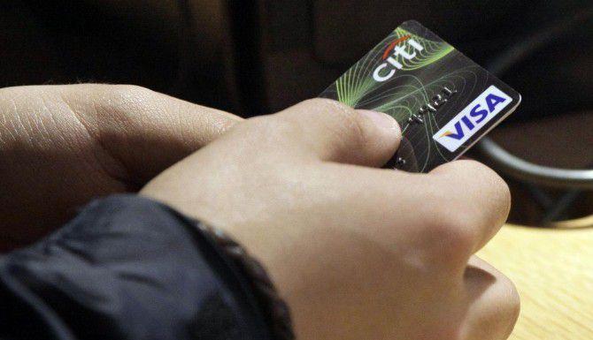 Una tarjeta de crédito puede ser un arma de dos filos para un estudiante. Por un lado, le permite establecer un historial de crédito; por otro, lo puede dejar endeudado por mucho tiempo. (AP/ARCHIVO)