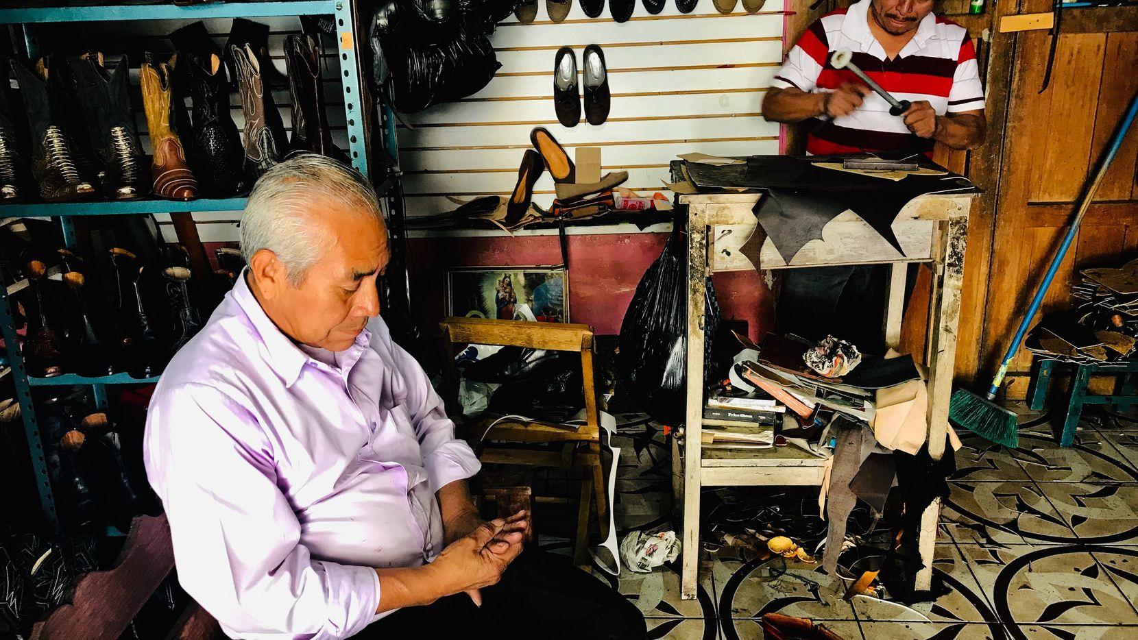 Inés Gómez de 63 años enseño el oficio de fabricar botas a su hijo José de 43 años, en Guatemala. ALFREDO CORCHADO