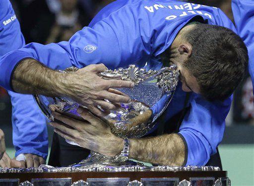 En esta foto de archivo del 27 de noviembre de 2016, el tenista argentino Juan Martín del Potro abraza el trofeo tras ganar la final de la Copa Davis contra Croacia en Zagreb, Croacia. (AP Photo/Darko Vojinovic, File)