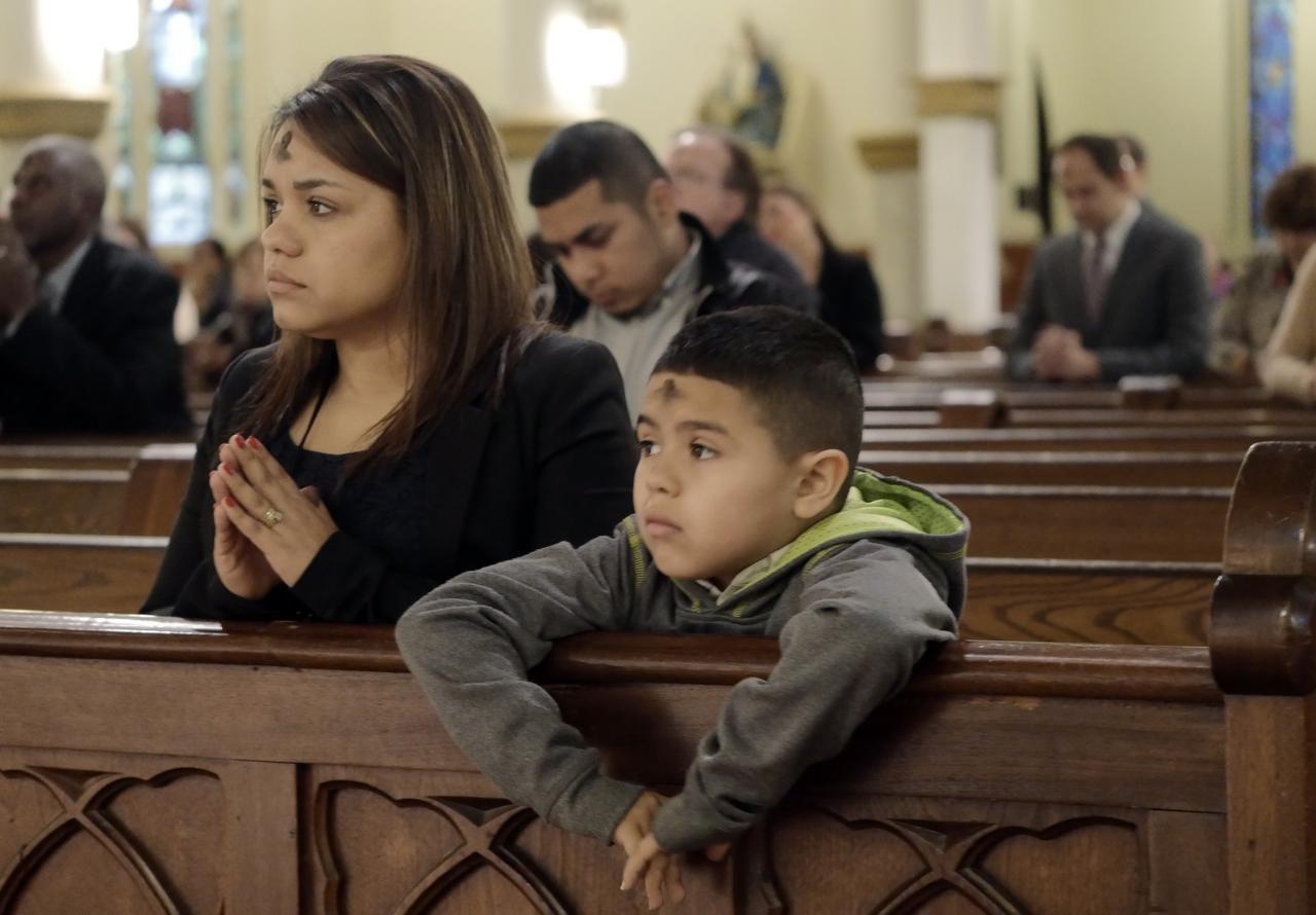 Leticia Jáquez y su hijo Izaiah participan en una misa de Miércoles de Ceniza en el 2015. (DMN/RON BASELICE)