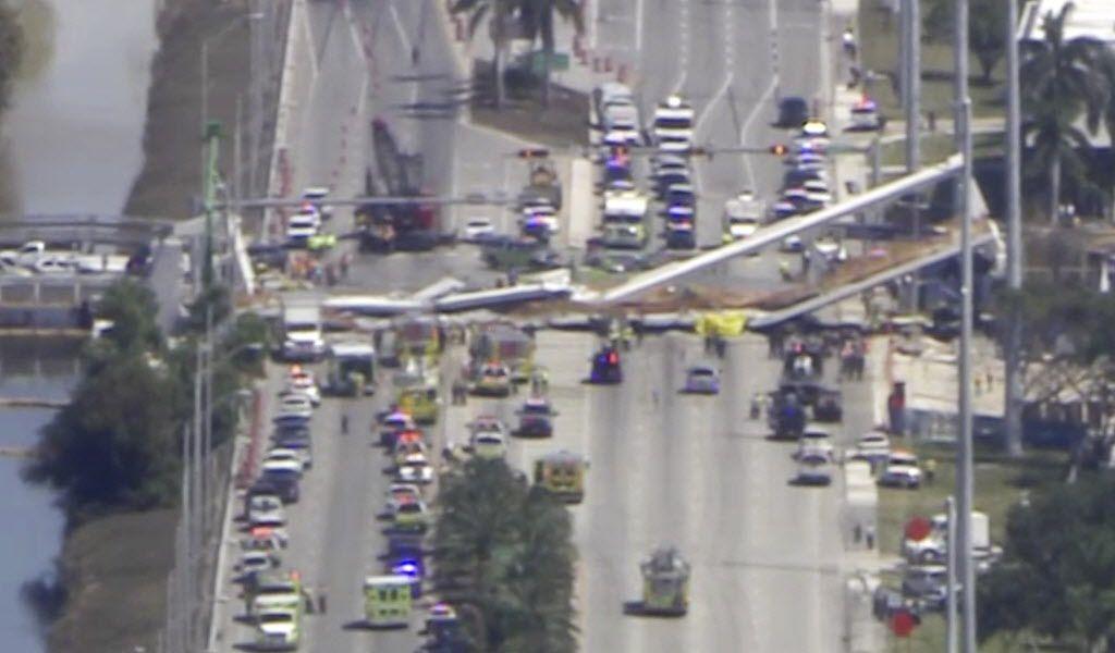 Puente colapsa en Miami.  (WPLG-TV via AP)