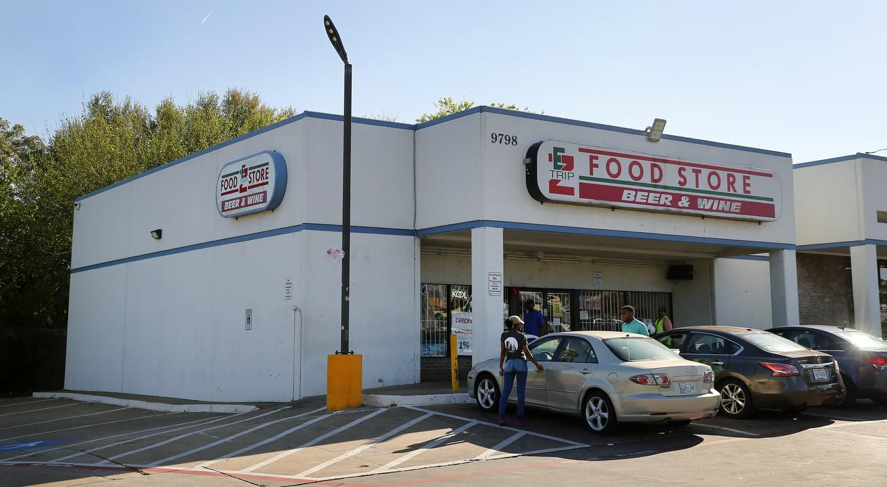 lEl EZ Mart en Bent Creek Shopping Center, en Forest Lane y Audelia, considerado uno de los lugares más peligrosos de Dallas. TOM FOX/DMN