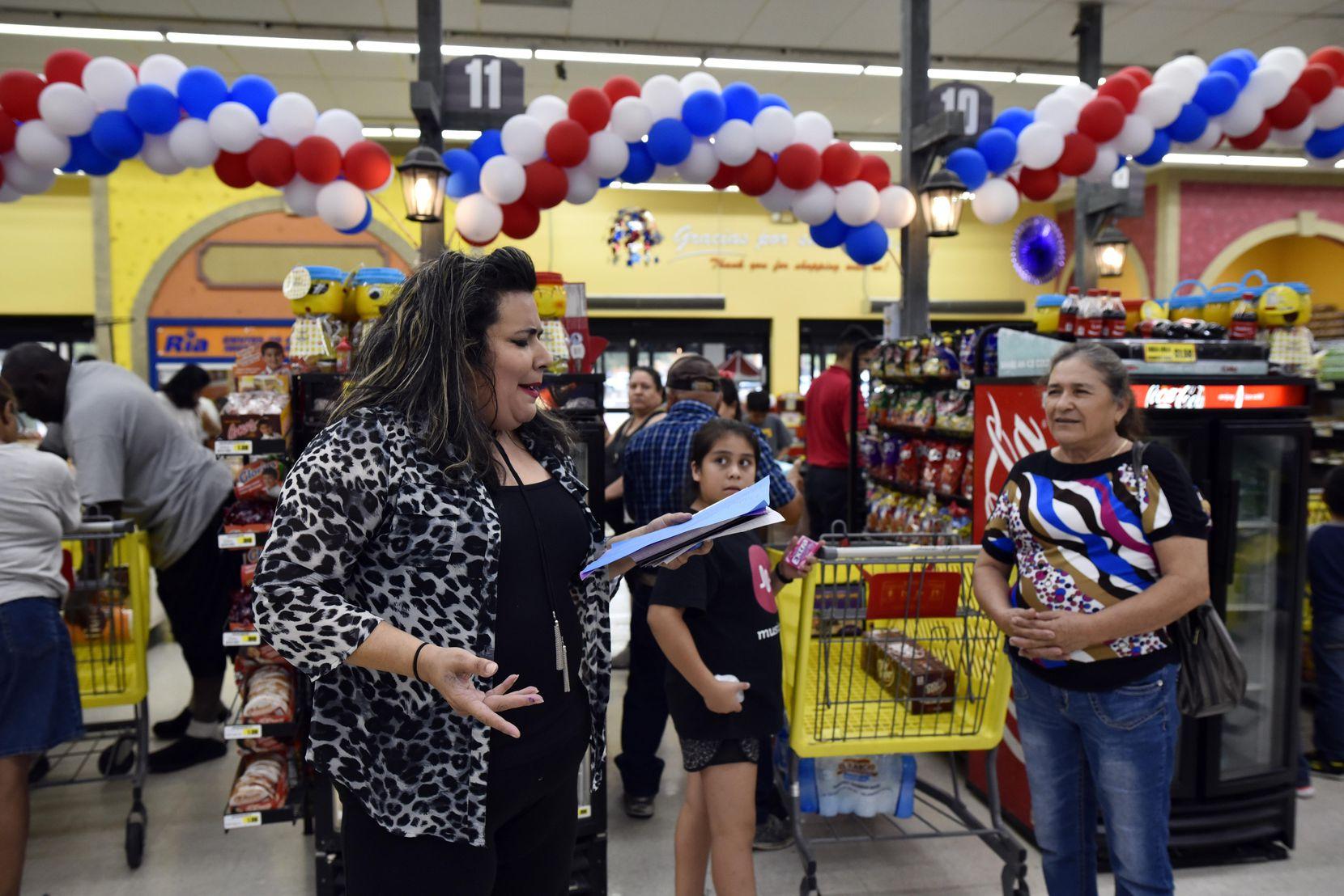 Priscilla Rice lee sus poemas a las familias que hacen fila para sus compras en El Rancho, en Pleasant Grove. BEN TORRES/AL DÍA