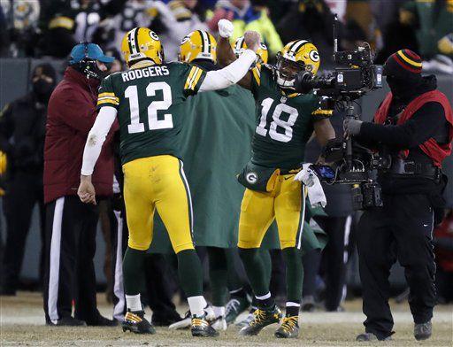 Aaron Rodgers, quarterback de los Packers de Green Bay, celebra con el receptor Randall Cobb, tras completar con él un pase de anotación al final de la primera mitad del partido de postemporada ante los Giants de Nueva York, el domingo 8 de enero de 2017 (AP Foto/Matt Ludtke)