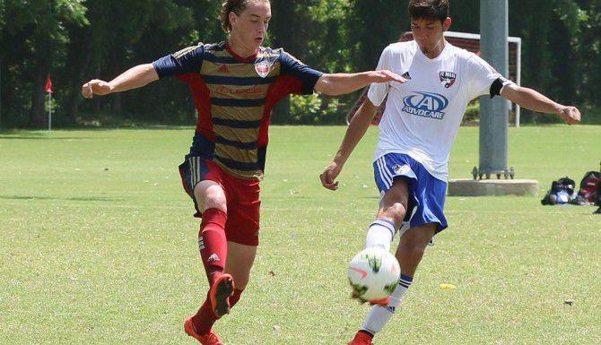 El mediocampista Stephen Gonzales (der.) y el FC Dallas Premier 98 están en las finales nacionales del campeonato estadounidense de futbol juvenil. (HOLLY PLUNKETT/CORTESÍA FC DALLAS PREMIER)
