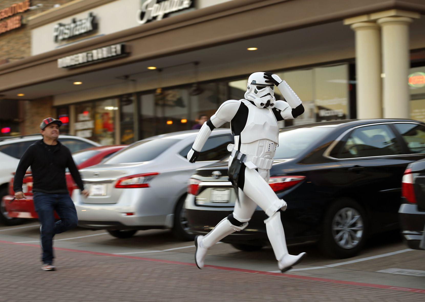 Dos aficionados de Star Wars corriendo afuera del Alamo Draft House en Richardson, Texas. (Tom Fox/DMN)