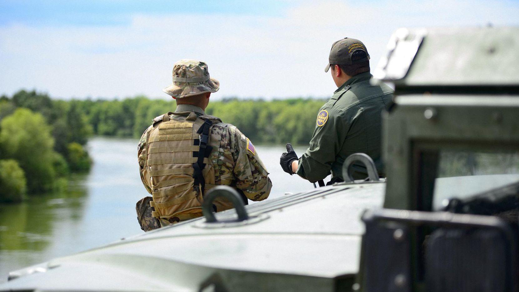 Un agente de la Patrulla Fronteriza es acompañado de un soldado en labores de vigilancia de el Río Grande, al sur de Texas.(AP)