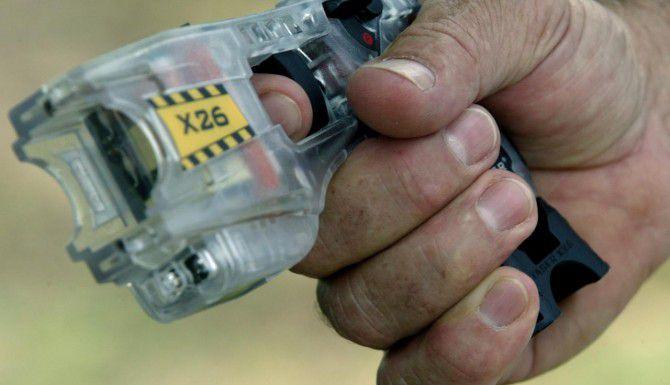 Dos policías de Dallas utilizaron pistolas eléctricas como la que se ve en esta ilustración para someter a un hombre que los atacó con un cuchillo. (DMN/ARCHIVO)