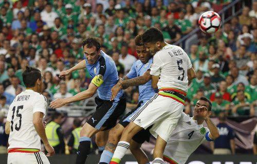 México derrotó 3-1 a Uruguay el domingo. Fotos AP