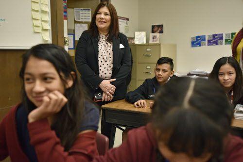 Magda Hernández, superintendente de Irving ISD escucha una clase de Inglés como Segundo Idioma durante una visita a Austin Middle School en Irving. (Ben Torres / Especial para Al Día)