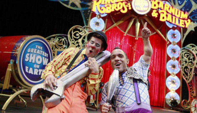 El payaso Cantaleta (izq.) y Paulo Dos Santos son parte de un elenco muy diverso en el circo Ringling Bros. que se presenta en Dallas. (ESPECIAL PARA AL DÍA/FOTOS: BEN TORRES)