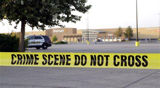 Una cinta de la policía rodea el sitio donde fueron halladas ocho personas muertas y al menos 30 sobrevivientes en un remolque estacionado en el estacionamiento de una tienda Walmart en San Antonio, el domingo 23 de julio de 2017. (AP Foto/Eric Gay)