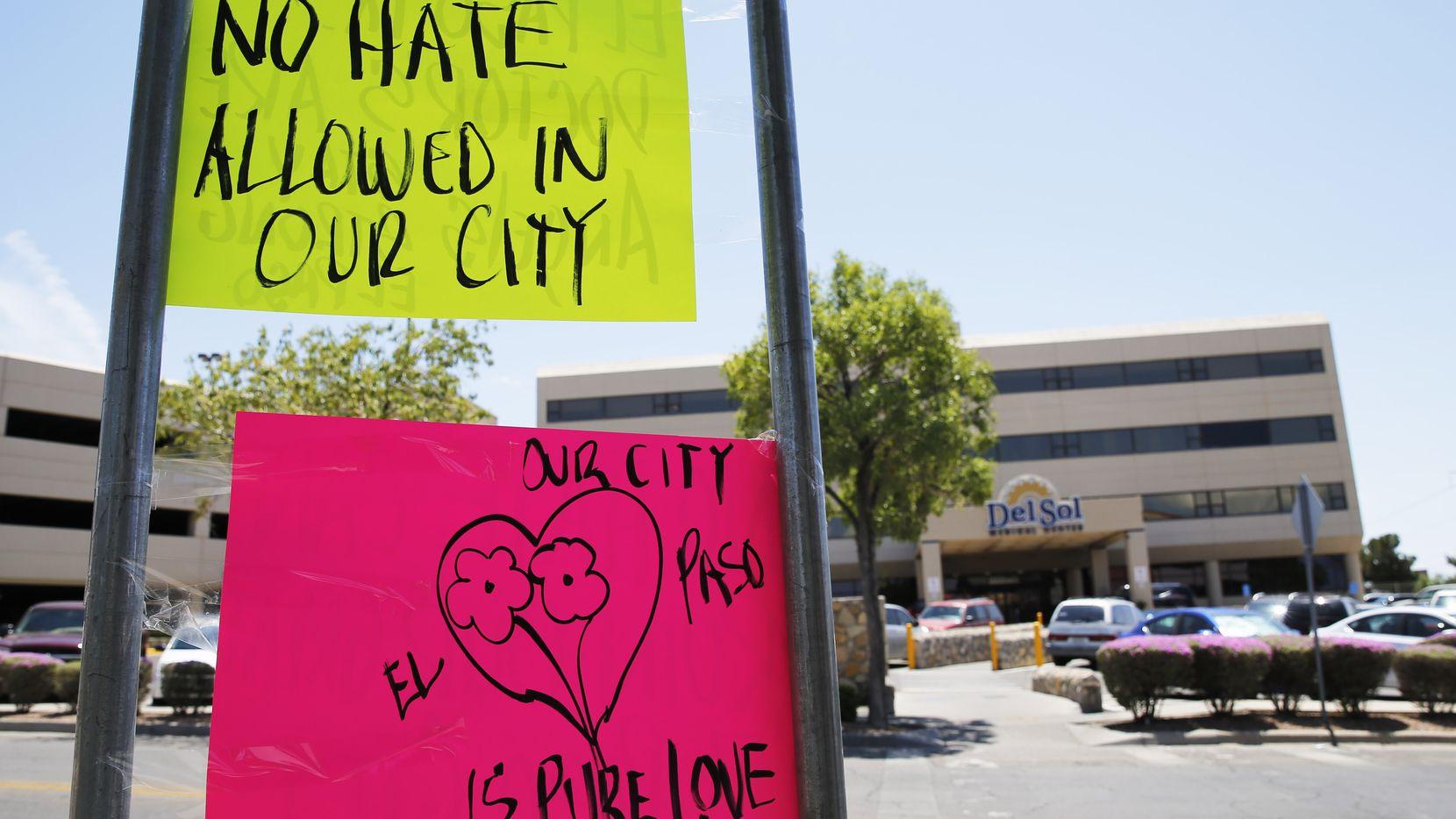 Pancartas con mensajes de rechazo al odio fueron colocados al frente de Del Sol Medical Center en El Paso, Texas.