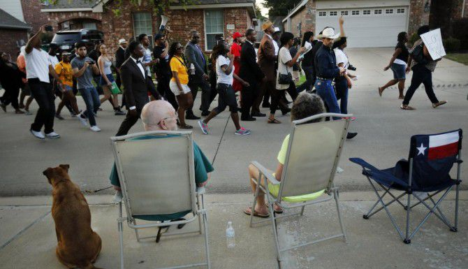 Cientos de personas de diferentes etnias se manifestaron la noche del lunes en las calles de McKinney, exigiendo justicia contra un policía que sometió por la fuerza a una menor y apuntó su arma contra otros dos adolescentes durante una fiesta en una alberca la semana pasad. (DMN/TOM FOX)