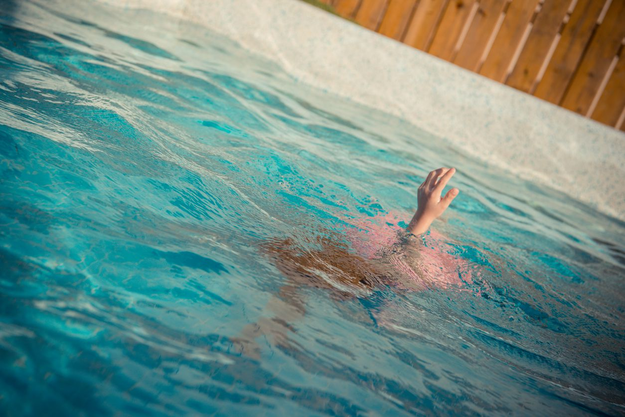 Autoridades alertan a la población a tomar precauciones con los menores en las albercas y lagos durante la temporada de calor. iSTOCK.