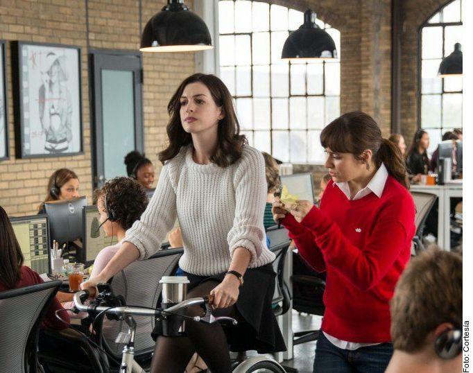 La actriz Anne Hathaway (izq.) forma parte de Modern Love, la serie antológica de Amazon, basada en la columna homónima del The New York Times, que en cada episodio único explora el amor en todas sus formas.