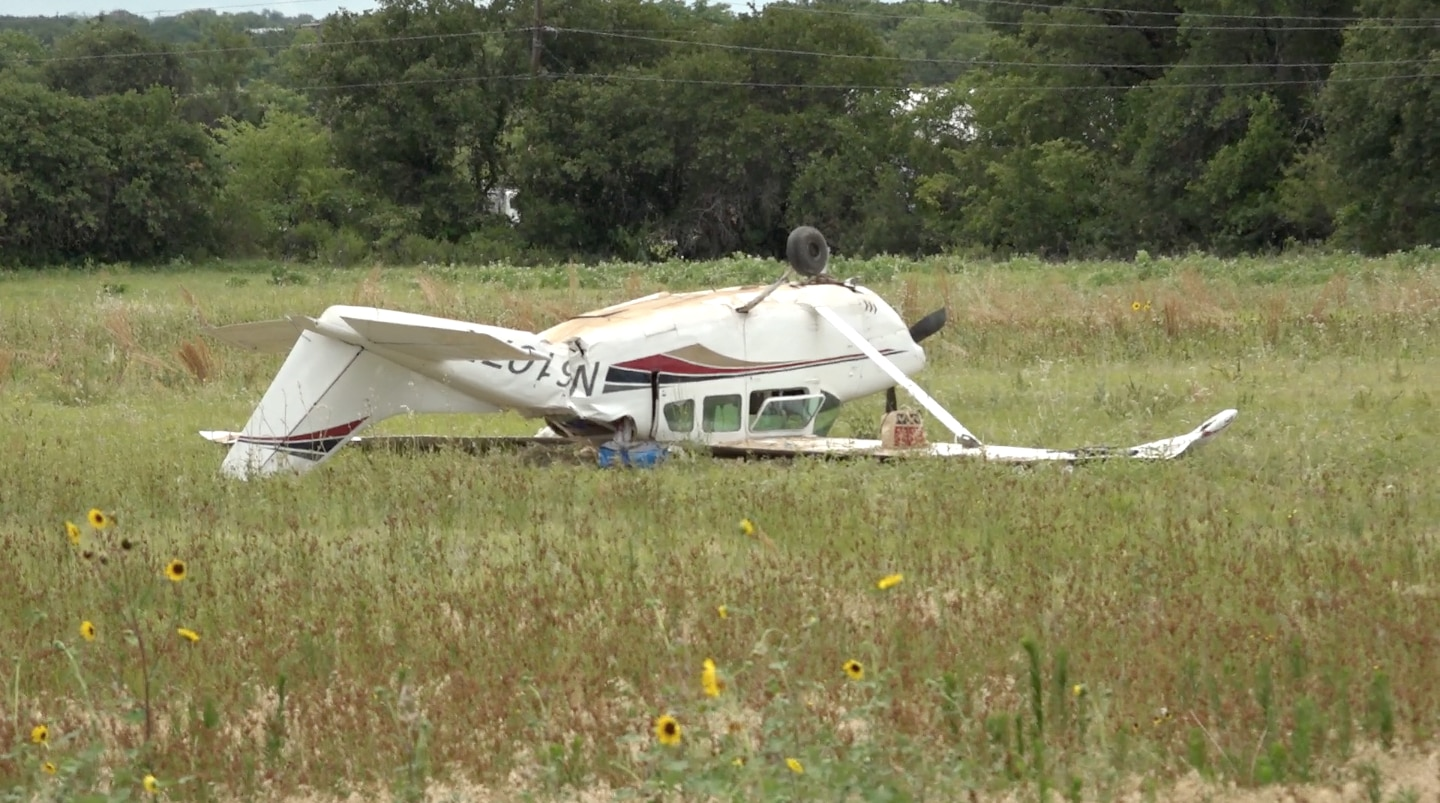 Three people were injured when a small plane crashed in Central Texas on Sunday morning.