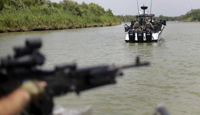 Agentes del Departamento de Seguridad Pública de Texas patrullan el Río Grande a la altura de Mission, Texas. (AP/Eric Gay)