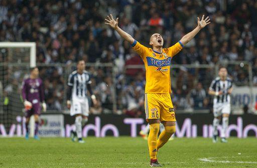 Jorge Torres Nilo celebra uno de los goles de Tigres ante Rayados en la final de vuelta del futbol mexicano. Foto AP