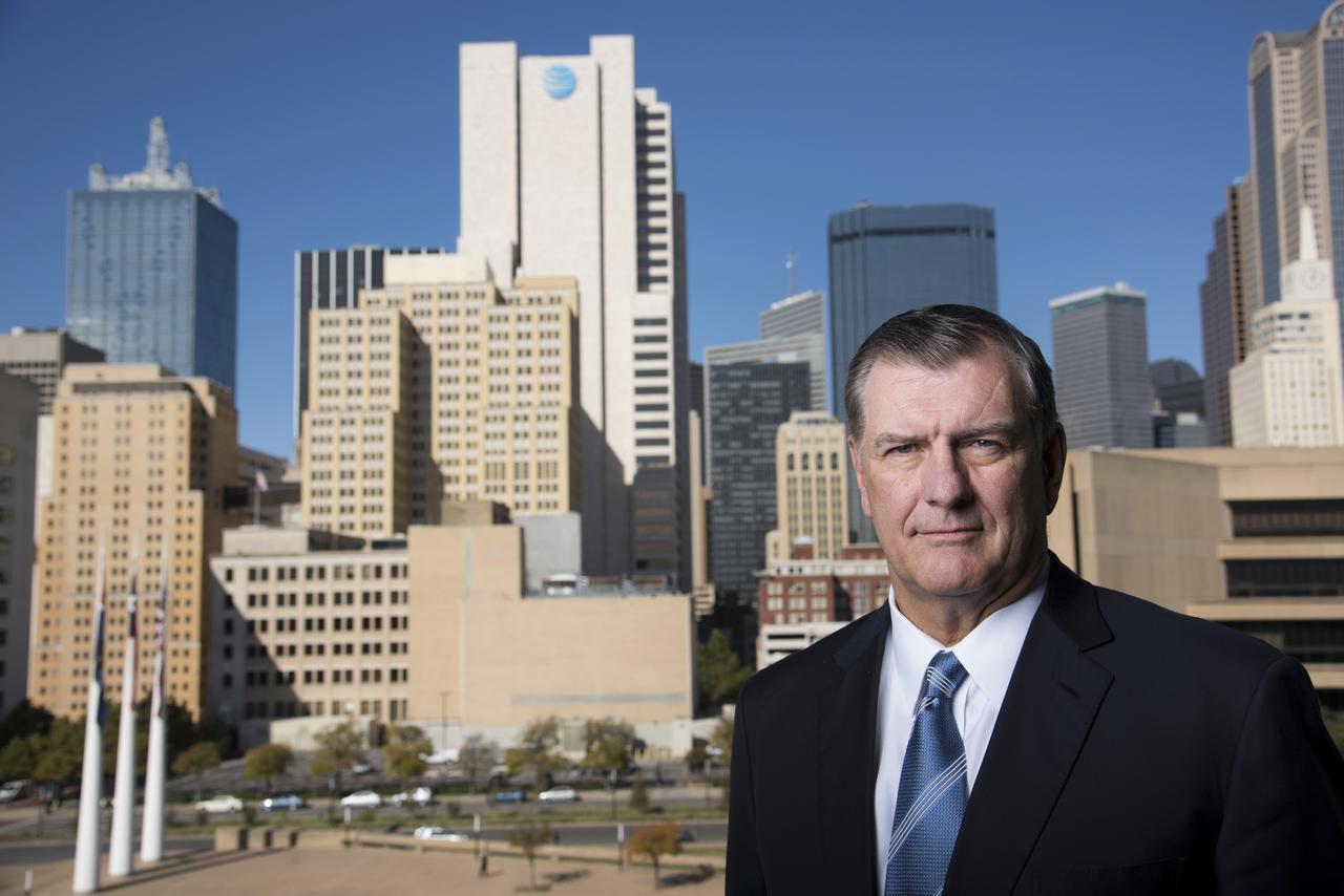 El alcalde Mike Rawlings admitió los problemas financieros de Dallas ante un comité estatal este mes (COOPER NEILL/NYT)