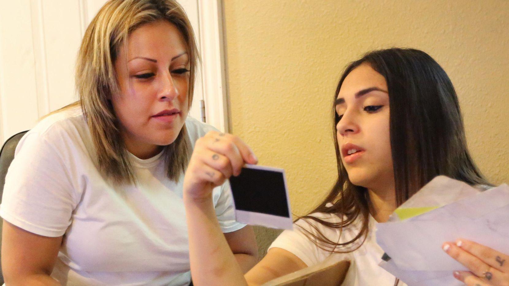Daisy Serrano (der.) y su prima Dulce Domínguez ven fotos de la familia. Tras encontrarse por redes sociales, juntas ayudaron a reactivar el caso de la muerte de la madre de Daisy. LOUIS DeLUCA/DMN