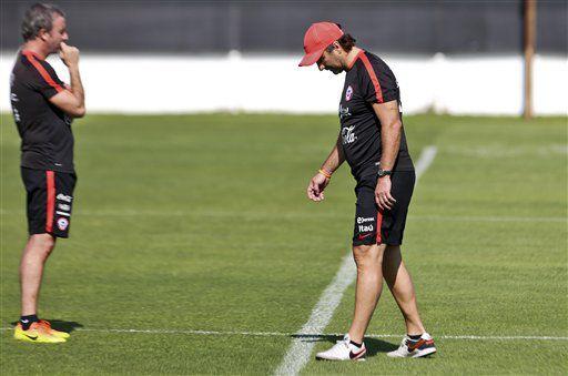 El técnico de la selección de Chile, Juan Antonio Pizzi, derecha, participa en un entrenamiento el martes, 21 de marzo de 2017, en Santiago. (AP Photo/Esteban Felix)