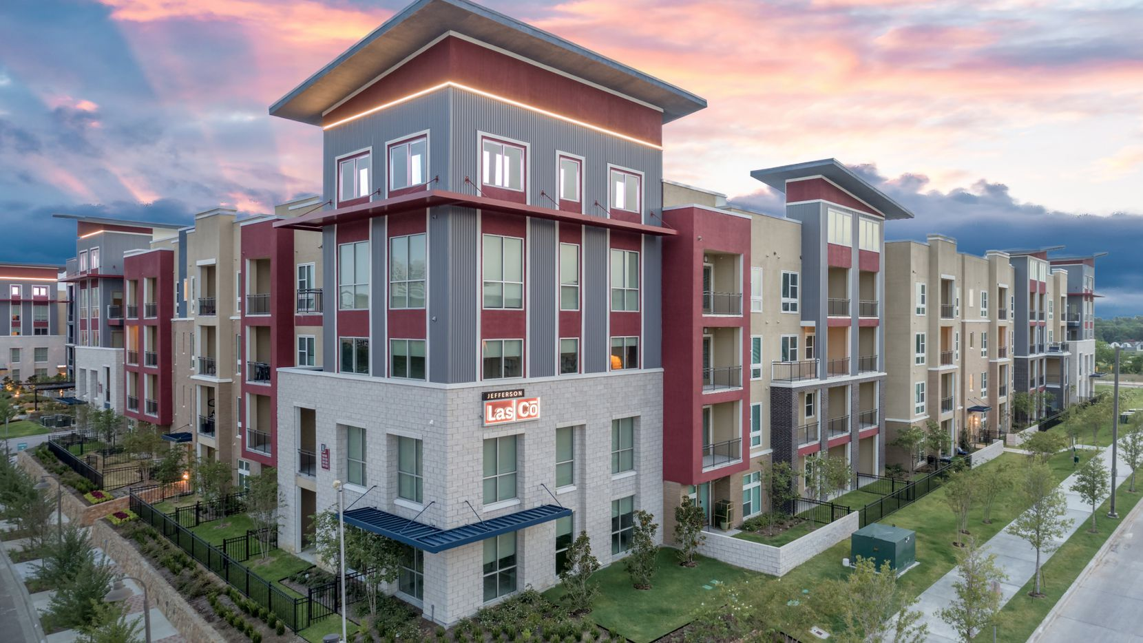 The 422-unit Jefferson Las Co apartments were purchased by Pacific Life.