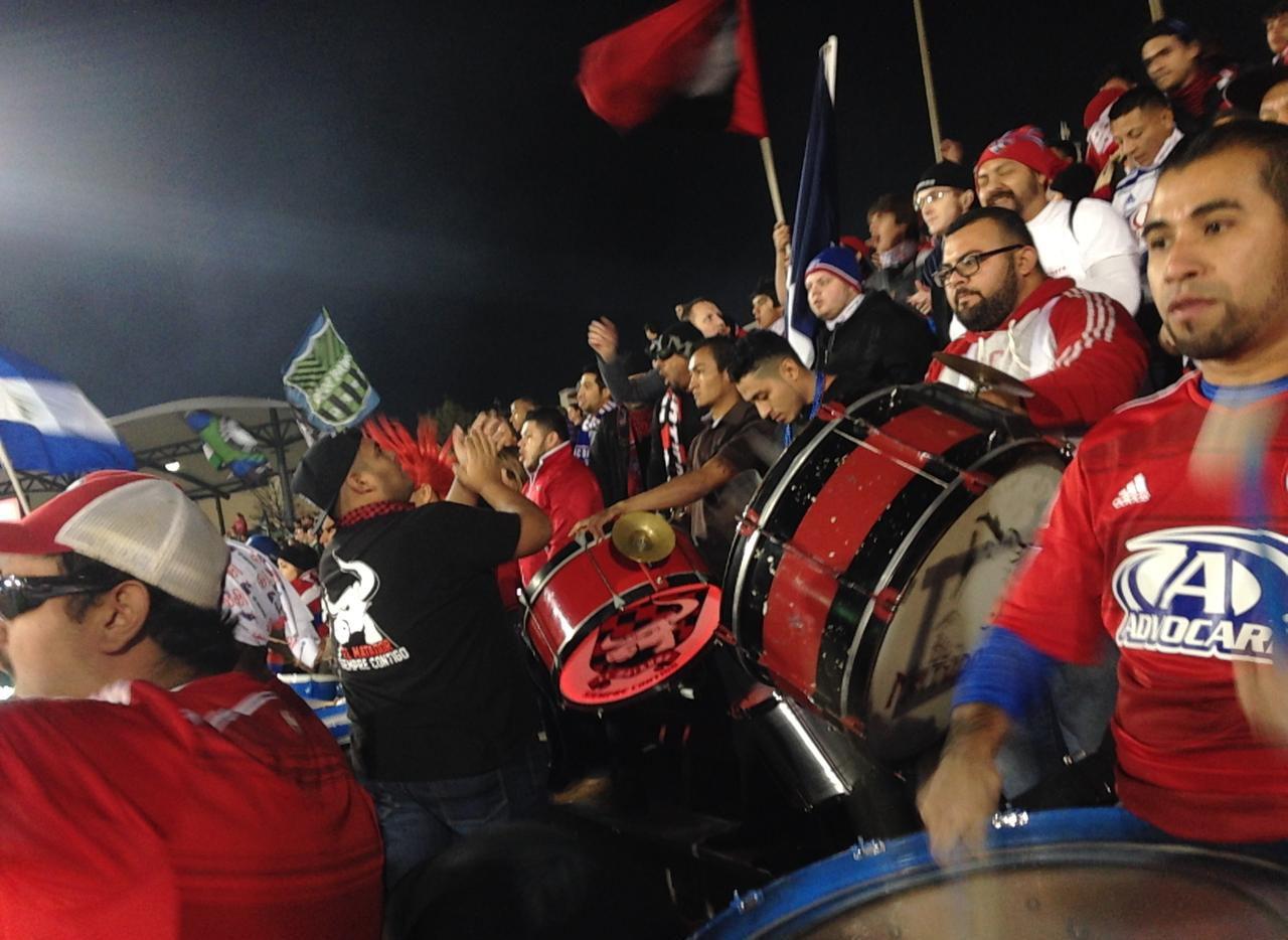 La porra El Matador ocupa la parte alta de la sección 117 del Toyota Stadium para cada juego del FC Dallas. (xxxxxxxx/MAGALY AYALA/ESPECIAL PARA AL DÍA)