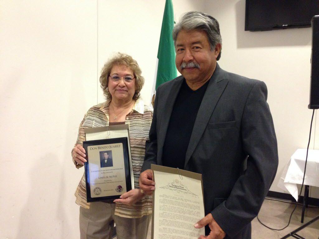 Lonita Muñoz, directora del centro de Ancianos de West Dallas y Gil Cerda, ex sargento de la Policía de Dallas recibieron reconocimientos durante la celebración del natalicio de Benito Juárez.  (KARINA RAMÍREZ/AL DÍA)