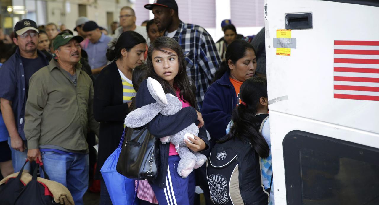 Inmigrantes de El Salvador y Guatemala son liberados de un centro de detención para familias en San Antonio. (AP/ERIC GAY)