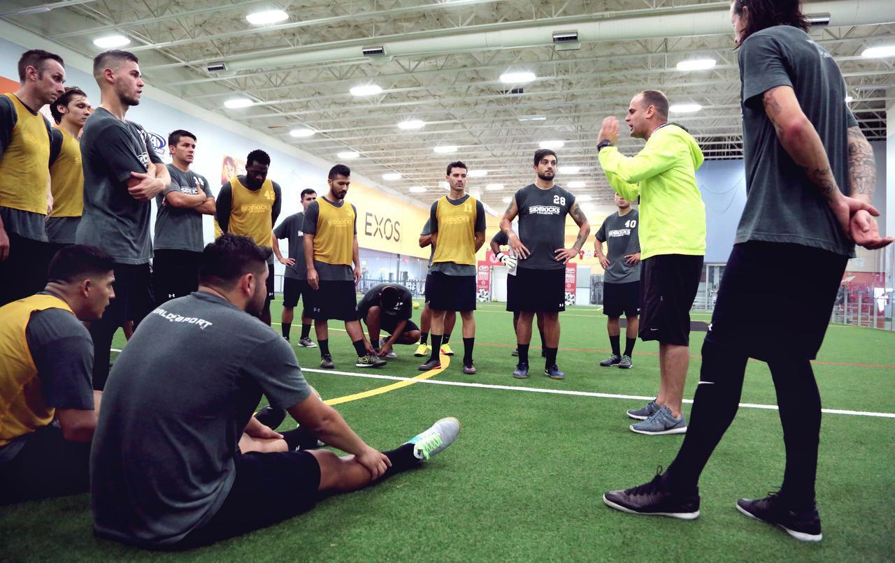 El entrenador Simon Bozas (der.) habla con los jugadores de los Sidekicks en un entrenamiento del equipo el domingo en Field House USA de Frisco.(Maria R.Olivas)