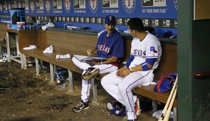 El cátcher Robinson Chirinos (der.) escucha palabras del coach de pitcheo de los Rangers, Mike Maddux. (DMN/LOUIS DELUCA)
