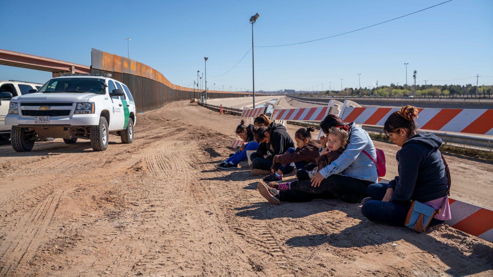 Un grupo de inmigrantes de El Salvador que se entregaron a la Patrulla Fronteriza en El Paso, en abril de 2019.