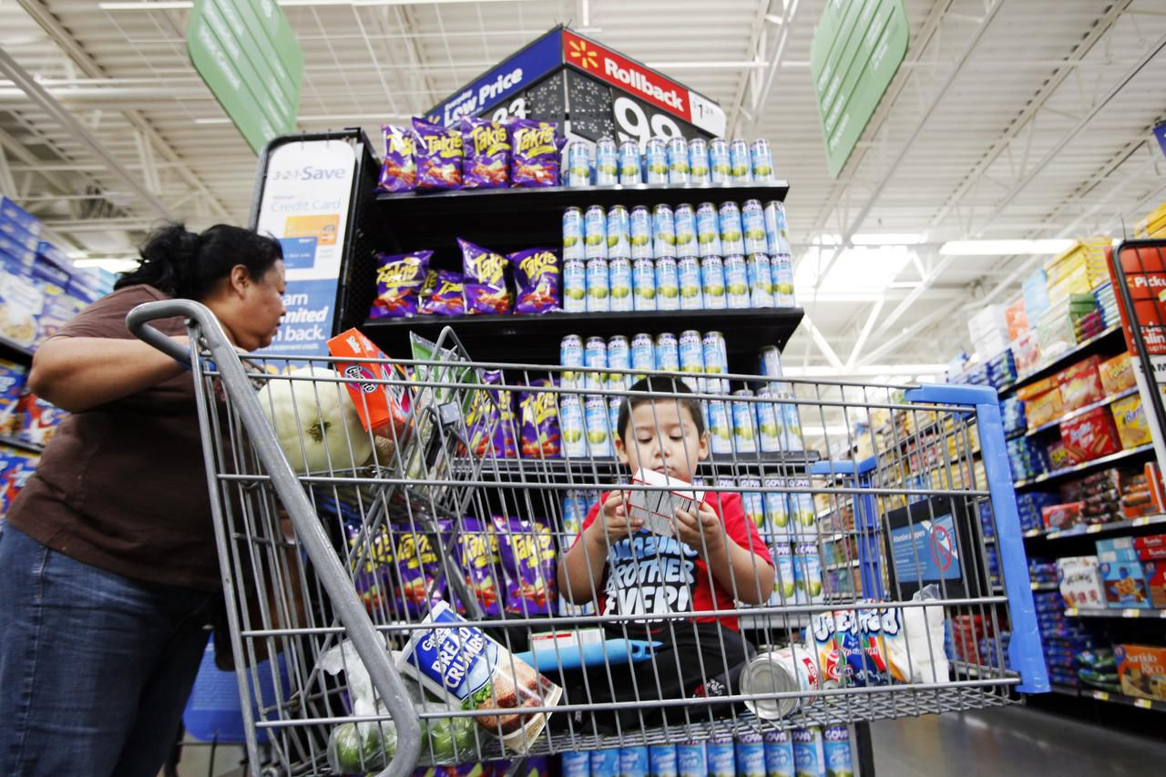 Bernarda Ortiz, de 54 años, hace compras con su nieto Julián, en un Wal-Mart en Webb Chapel Road. (ESPECIAL PARA DMN/BEN TORRES)