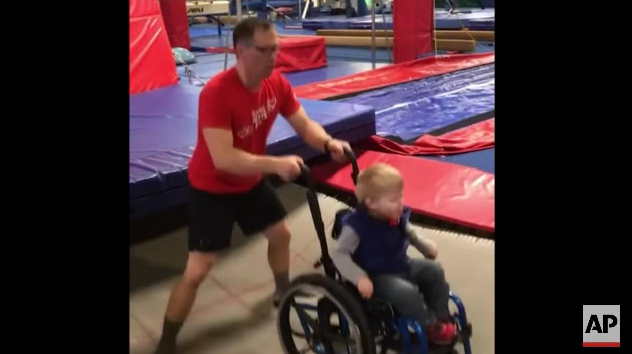 Un video en el perfil de Facebook del gimnasio, grabado durante el evento el Día de San Valentín, muestra al coordinador de necesidades especiales del lugar brincando en el trampolín con Wyatt, sentado en su silla. En cierto momento, Wyatt dice que quiere ir más rápido./AP
